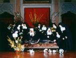 Le suore di clausura di Alzano L.do con l'urna della beata