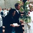 La madre e il fratello di Pierina Morosini durante l'offertorio nella Basilica di San Pietro