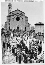 Corteo dalla chiesa parrocchiale al vicino cimitero