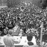 Pellegrini a Fiobbio raccolti in preghiera attorno al feretro di Pierina Morosini