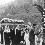 Le amiche di Pierina Morosini portano il feretro in corteo dalla casa della nonna alla chiesa parrocchiale di Fiobbio