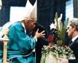Papa Giovanni Paolo II bacia Sara Noris, mamma di Pierina Morosini