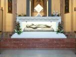 Altare Maggiore della chiesa parrocchiale di Fiobbio con l'urna contente le spoglie della beata
