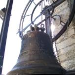 la vecchia campana Pruneri datata 1906 danneggiata viene tolta dal concerto campanario dopo 106 anni di attività