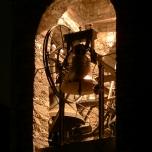 Vista notturna con il castello campanario illuminato